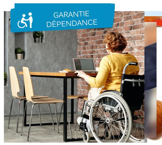 Femme souffrant de handicap moteur assise en fauteuil roulant et travaillant sereinement sur son ordinateur.