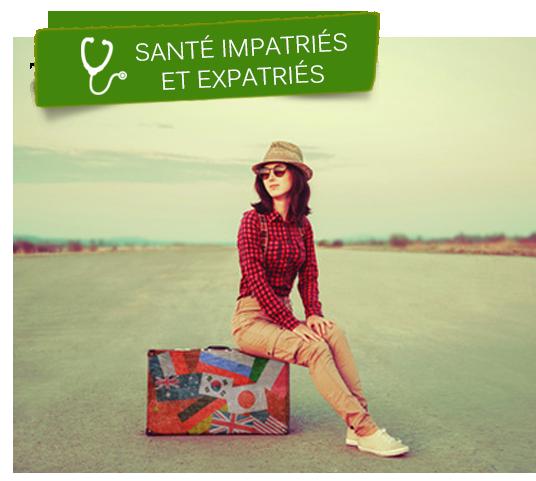 Jeune femme assise sur une valise, prête à faire un séjour à l'étranger.