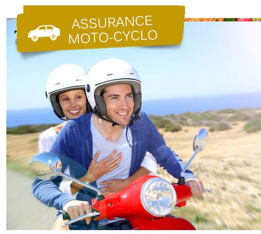 Couple souriant portant chacun un casque et voyageant sur un scooter